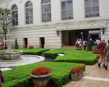 ホテルニューグランド中庭 (雨が止んだ♪)