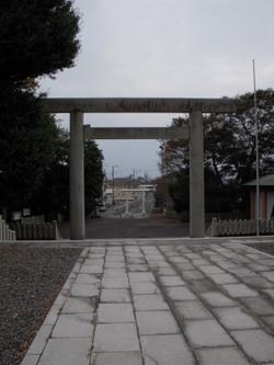 皇大神宮(通称:烏森神社):本宮からのながめ、向こうは海