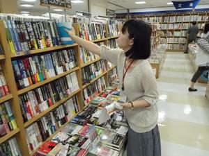 【鶴見大学図書館】2014年度第1回選書ツアーin紀伊國屋書店そごう横浜店:選書中。いい本見つけた?