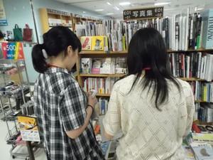 【鶴見大学図書館】2014年度第1回選書ツアーin紀伊國屋書店そごう横浜店:選書中。何の写真集を選んでいるのでしょう?