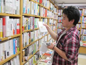 【鶴見大学図書館】2014年度第1回選書ツアーin紀伊國屋書店そごう横浜店:選書中。哲学関係ですか?いいですね。