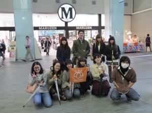 鶴見大学図書館2014年度第2回選書ツアー:Mのマークが目印、丸善入口前(集合写真)