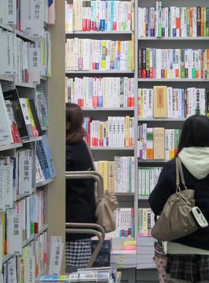 鶴見大学図書館2014年度第2回選書ツアー:棚、高ーーい!!(圧倒される本の数)