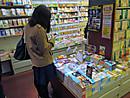 鶴見大学図書館2014年度第2回選書ツアー:あっ、この本!、いやこっちの本が!ムム、あっちの本のほうが・・・(選書中)
