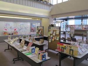 鶴見大学図書館:第36回企画展「ごはん、ちゃんと食べてる?」(展示風景)