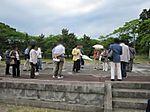 多賀城の全盛時に思いを巡らす受講者【鶴見大学生涯学習セミナー 平成22年度第1クール B-17文化財スタディ・ツアー(9)懸想の地・奥州へ】