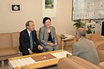 林志鳳副教授、事務局長と談話